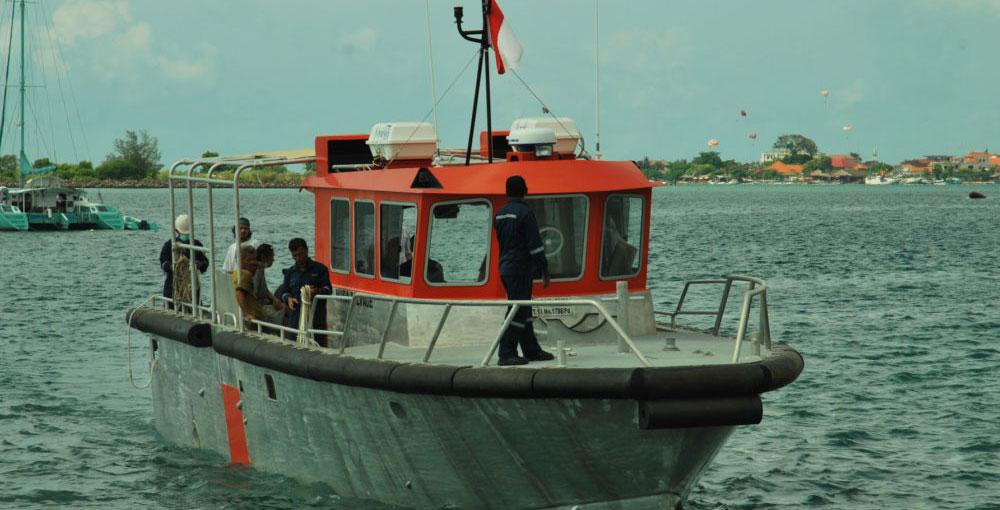 boat-withcrew